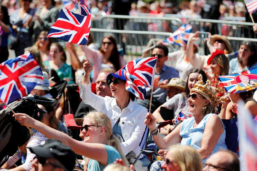 Brytyjczycy witają księcia Harry'ego i Meghan Markle