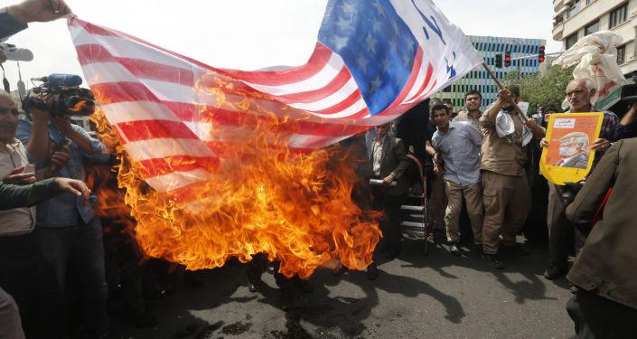 Irańczycy palą amerykańską flagę w Teheranie