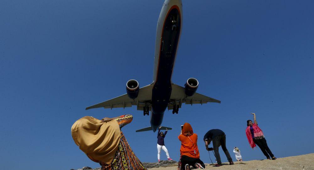 Turyści fotografują samolot w Phukecie w Tajlandii