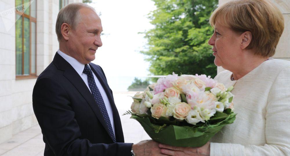 Władimir Putin wręczył bukiet kwiatów Angeli Merkel w Soczi