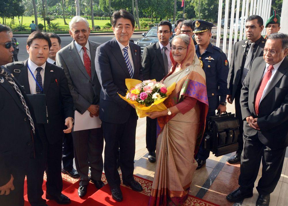 Premier Japonii Shinzō Abe otrzymał bukiet kwiatów w Bangladeszu, 2014 rok