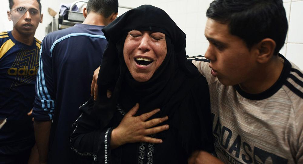 Krewni Palestyńczyków poszkodowanych w starciach z izraelskimi wojskowymi na granicy Strefy Gazy i Izraela