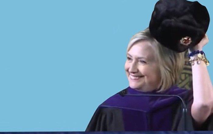Hillary przymierzyła czapkę uszankę