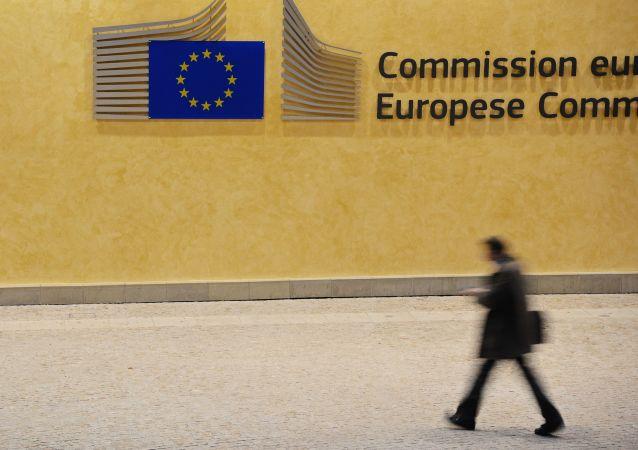 Przechodzień przy budynku Komisji Europejskiej w Brukseli