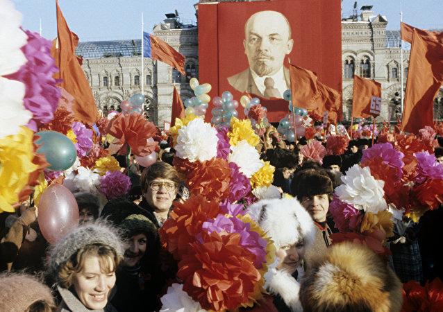 Marsz na cześć rocznicy rewolucji październikowej, archiwalne zdjęcie 1982 rok