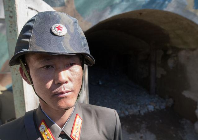 Wojskowi przy wejściu do tunelu służącego do testów jądrowych nr 2 na poligonie jądrowym Punggye-ri na północy KRLD