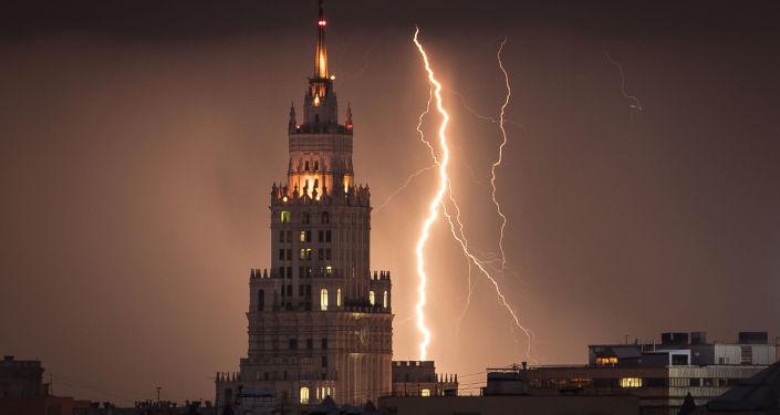 """Błyskawice w Moskwie nad """"stalinowskim wieżowcem"""""""