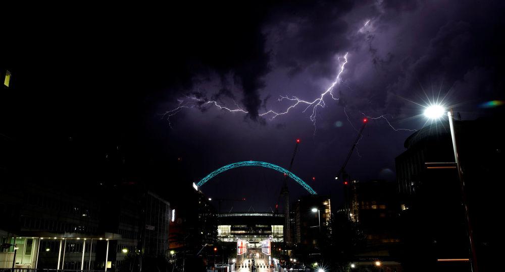 Błyskawica nad stadionem Wembley w Londynie
