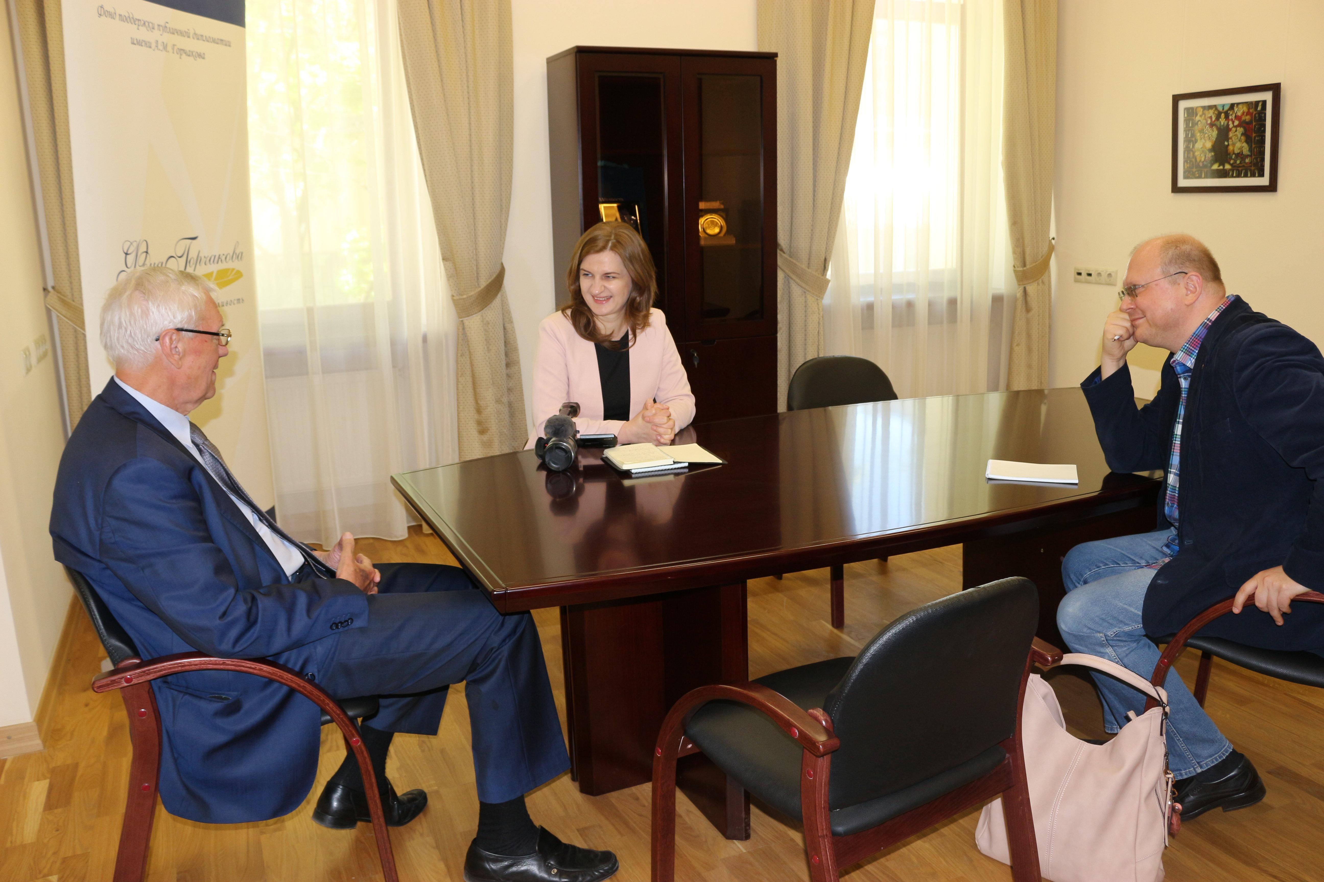 Leonid Draczewski, dyrektor Fundacji Wspierania Dyplomacji Publicznej im. Aleksandra Gorczakowa, Agnieszka Piwar i Leonid Swiridow. Moskwa.
