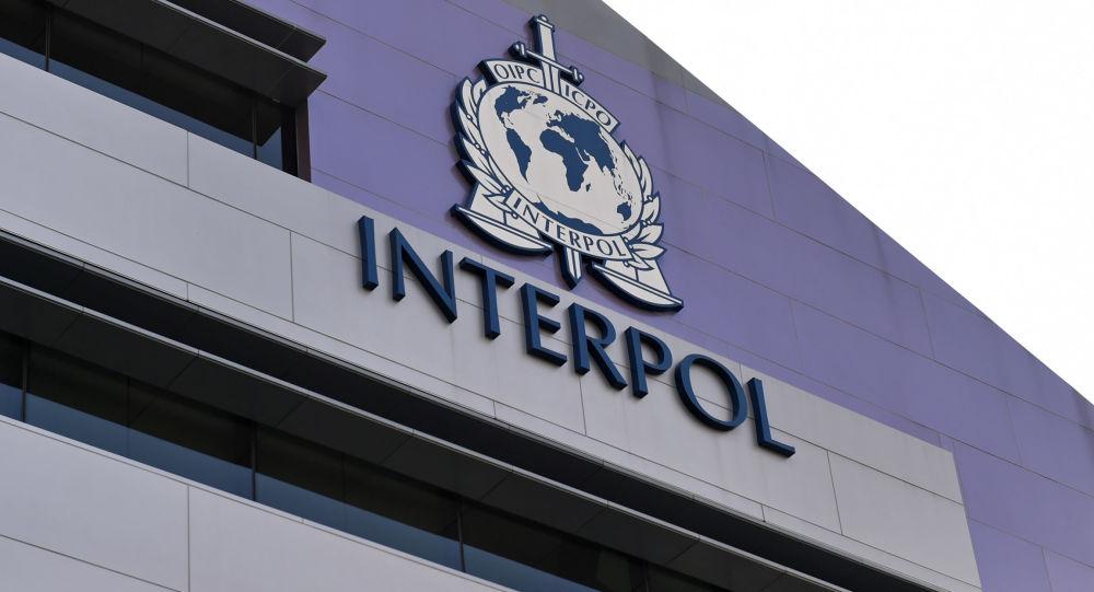Emblemat Interpolu na ścianie nowego kompleksu organizacji w Singapurze