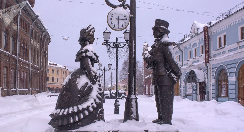 """Kompozycja rzeźbiarska """"Miejsce spotkania"""" w Kirowie po opadach śniegu"""