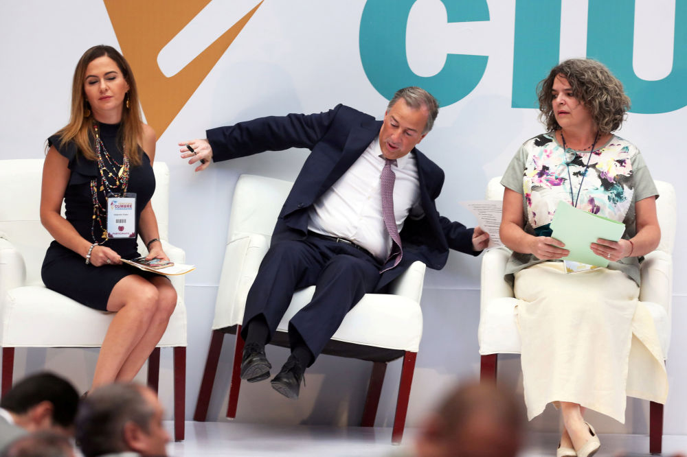 Kandydat na prezydenta Meksyku Jose Antonio Meade spada z krzesła
