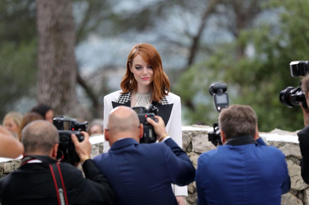 Emma Stone na pokazie mody Louis Vuitton Cruise 2019 we Francji