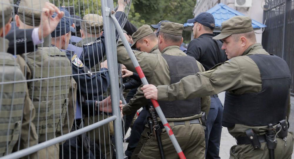 Policja obok ambasady Rosji w Kijowie podczas akcji protestacyjnych