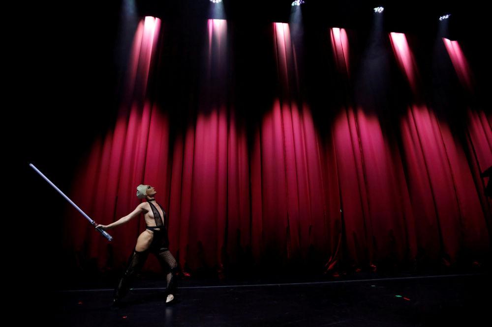 Tancerka podczas pokazu burleski w stylu Gwiezdnych wojen w Los Angeles