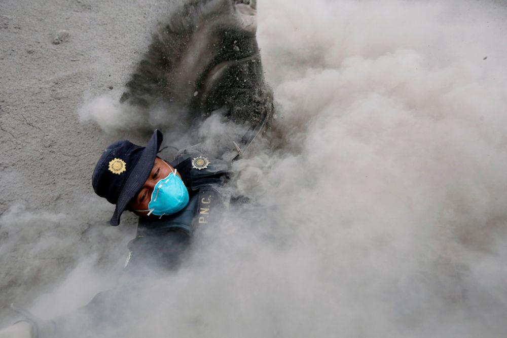 Policjant upadł, uciekając przed kolejnymi wyrzutami popiołu