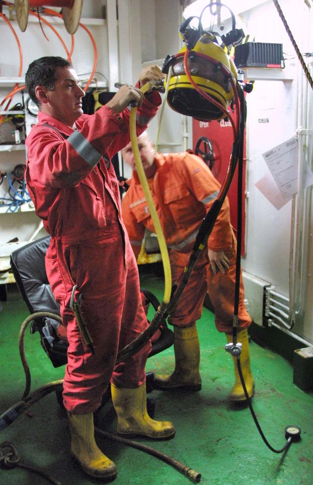 Angielska służba ratownicza przygotowuje sprzęt do poszukiwania zatopionego okrętu podwodnego Kursk