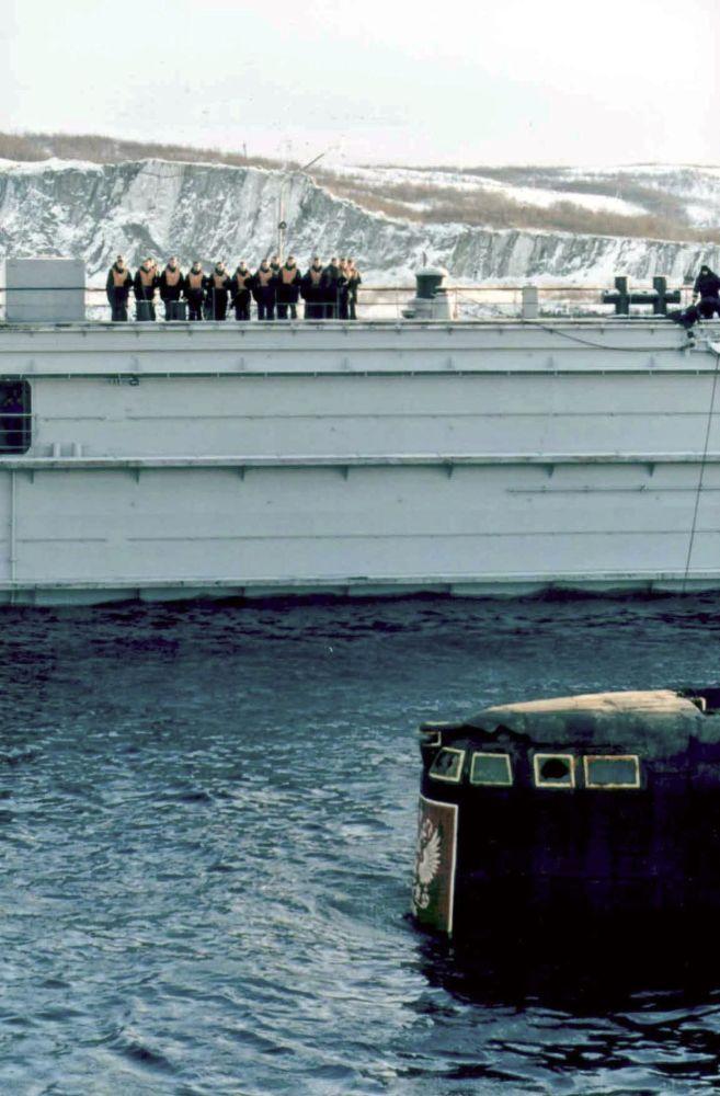 Rosyjscy marynarze patrzą na bojową nadbudówkę okrętu podwodnego Kursk po jego podniesieniu