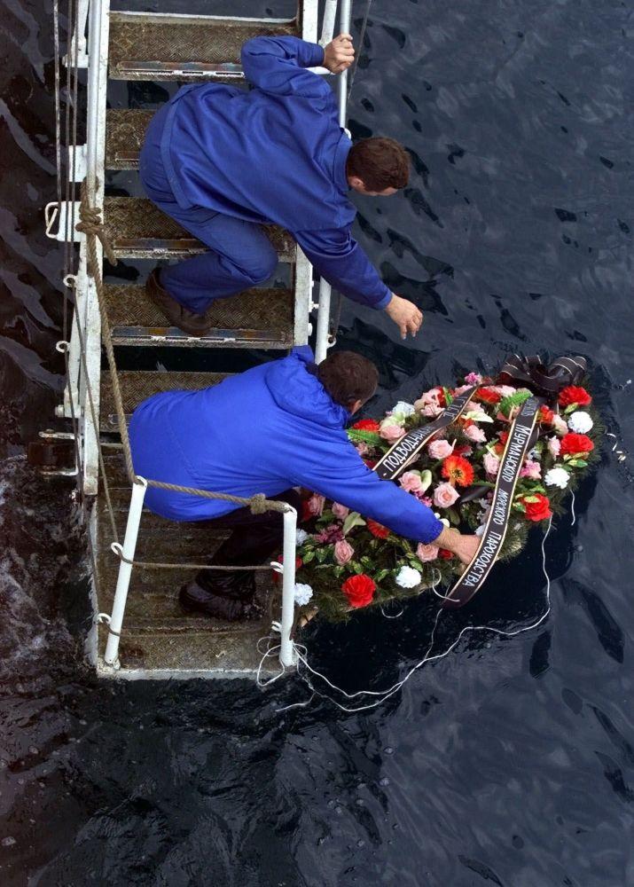 Rosyjscy marynarze składają wieńce członkom załogi okrętu podwodnego Kursk, który zatonął 12 sierpnia 2000 r. w Morzu Barentsa podczas manewrów Floty Północnej