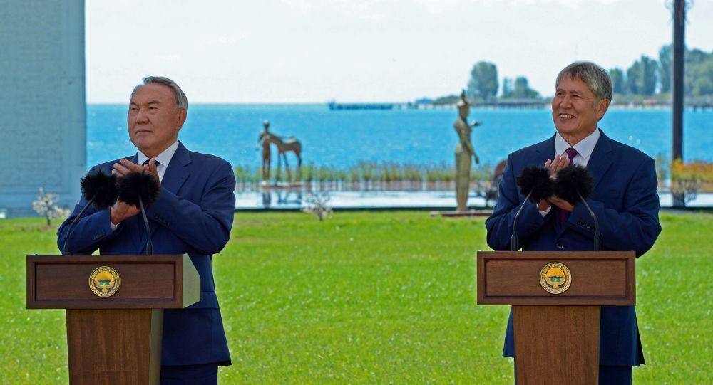 Prezydent Kazachstanu Nursultan Nazarbajew i prezydent Kirgistanu Ałmazbek Atambajew na ceremonii otwarcia granicy między Kirgistanem i Kazachstanem