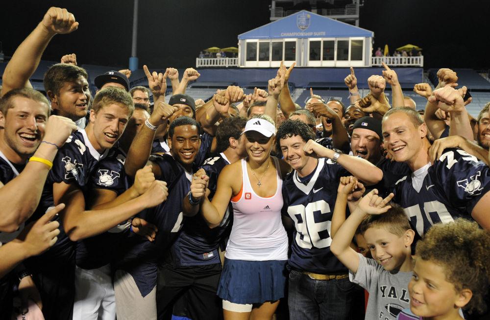 Duńska tenisistka Caroline Wozniacki ze swoim boyfriendem oraz drużyną piłkarską Uniwersytetu Yale cieszą się ze zwycięstwa