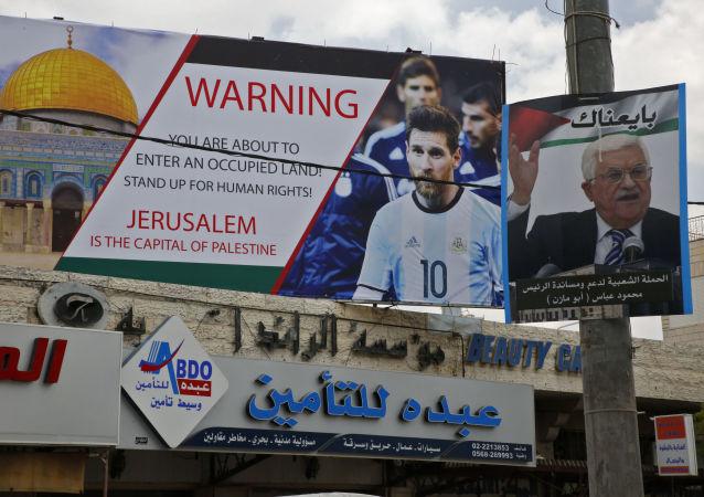 Poster z wizerunkiem piłkarza Lionela Messiego w mieście Hebron, Palestyna