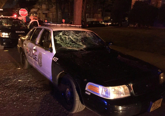 Radiowóz z rozbitą szybą w Milwaukee w USA