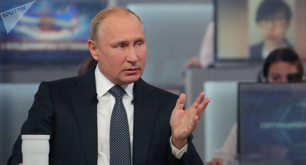 """Prezydent Rosji Władimir Putin odpowiada na pytania Rosjan podczas corocznego programu specjalnego """"Gorąca linia z Władimirem Putinem"""""""