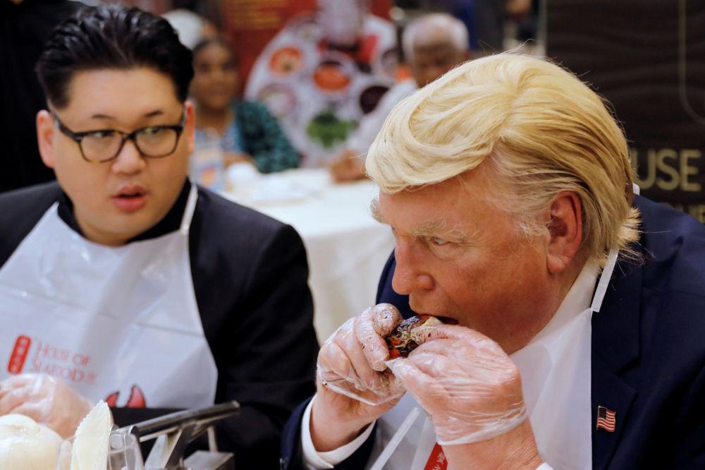 Sobowtóry Trumpa i Kim Dzong Una podczas kolacji w Singapurze