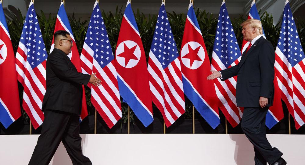 Donald Trump i Kim Dzong Un podczas spotkania w Singapurze