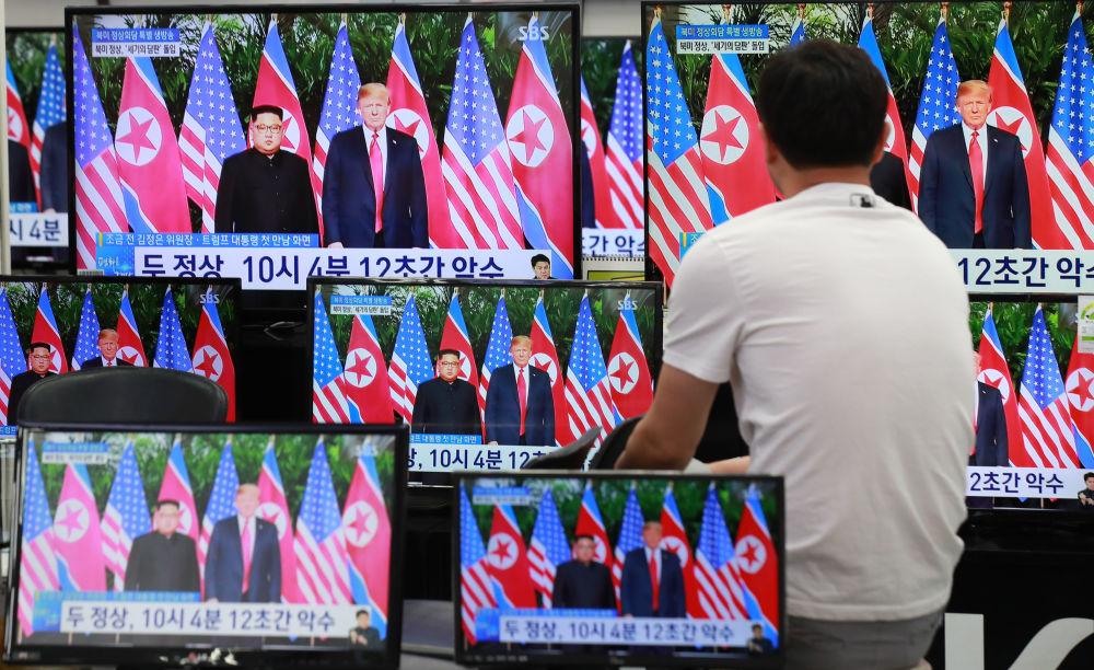 Mieszkaniec Seulu ogląda w telewizji historyczne spotkanie Donalda Trumpa i Kim Dzong Una