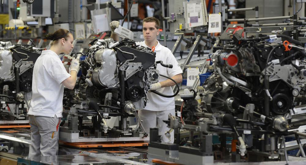 Pracownicy montują samochody Audi w fabryce w Niemczech