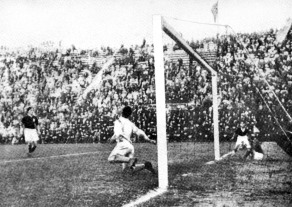 Gol włoskiego napastnika w meczu Mistrzostw Świata w Piłce nożnej, 1934 rok