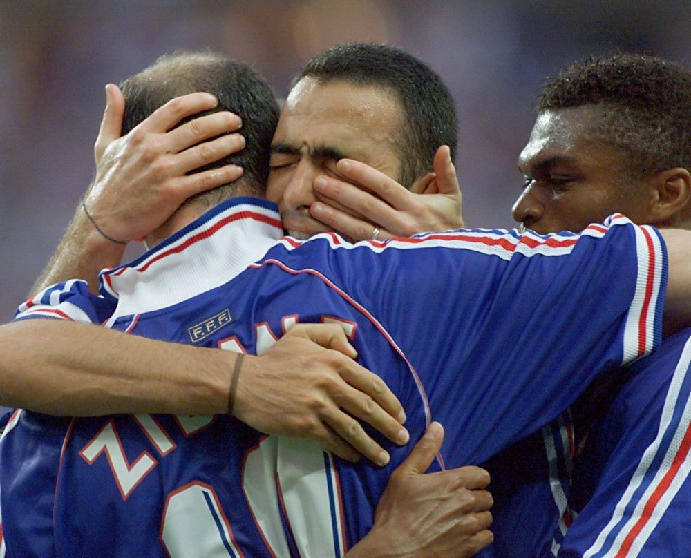 Finałowy mecz Francji z Brazylią, Zinédine Zidane obejmuje się z kolegami po strzelonym 2 golu, 1998 rok