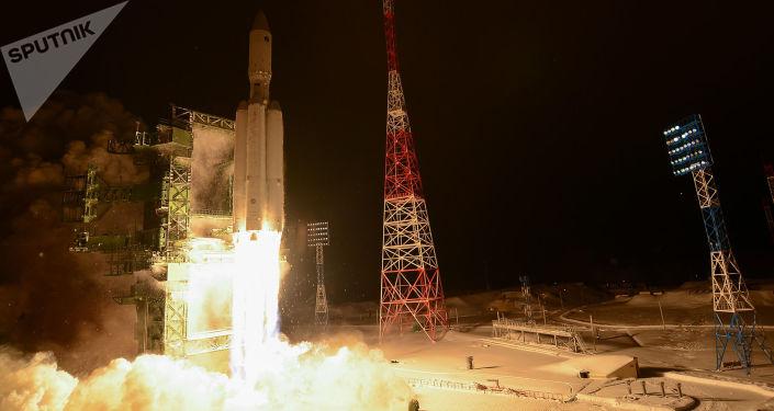 """Rakieta nośna klasy ciężkiej """"Angara-A5"""" podczas startu z kosmodromu Plesieck w obwodzie archangielskim"""