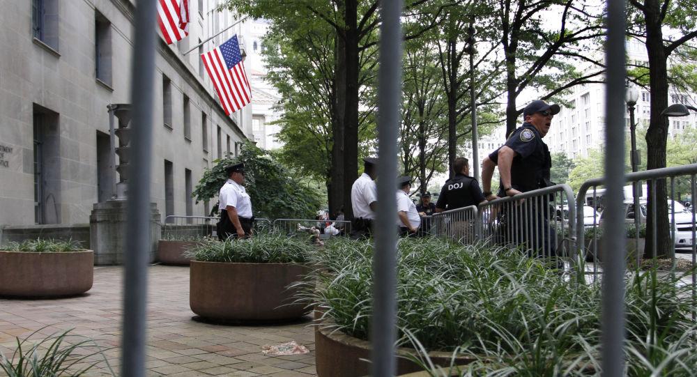 Policjanci przy wejściu do siedziby Departamentu Sprawiedliwości w Waszyngtonie