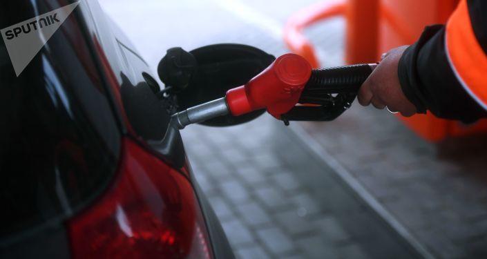 Tankowanie samochodu na stacji paliw w obwodzie moskiewskim