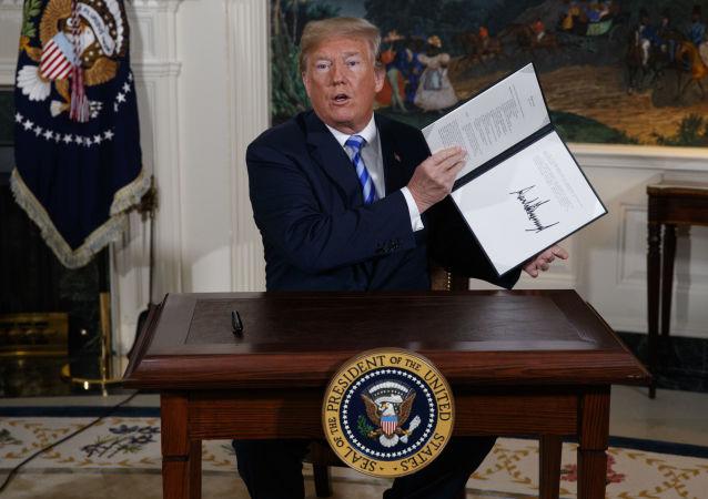 Prezydent USA Donald Trump w czasie podpisywania memorandum w sprawie irańskiego porozumienia nuklearnego
