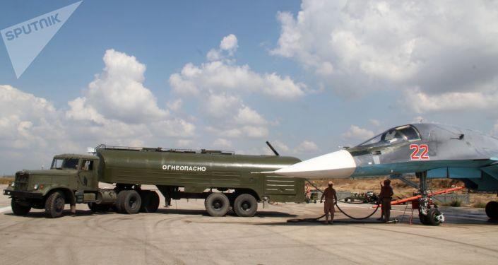 Tankowanie rosyjskiego myśliwca Su-34 przed wylotem w bazie Hmeimim w Syrii