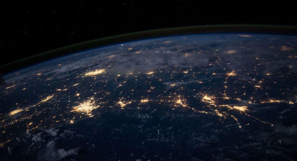 Widok z kosmosu na Ziemię spowitą nocą