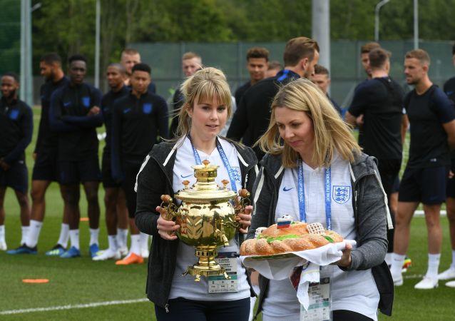 Rosyjski chleb z solą przed rozpoczęciem treningu reprezentacji Anglii na MŚ 2018