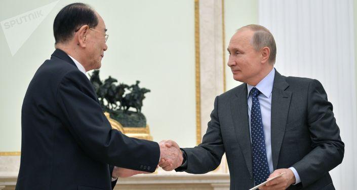 Przewodniczący prezydium najwyższego zgromadzenia ludowego KRLD Kim Yong Nam i prezydent Rosji Władimir Putin na spotkaniu w Moskwie