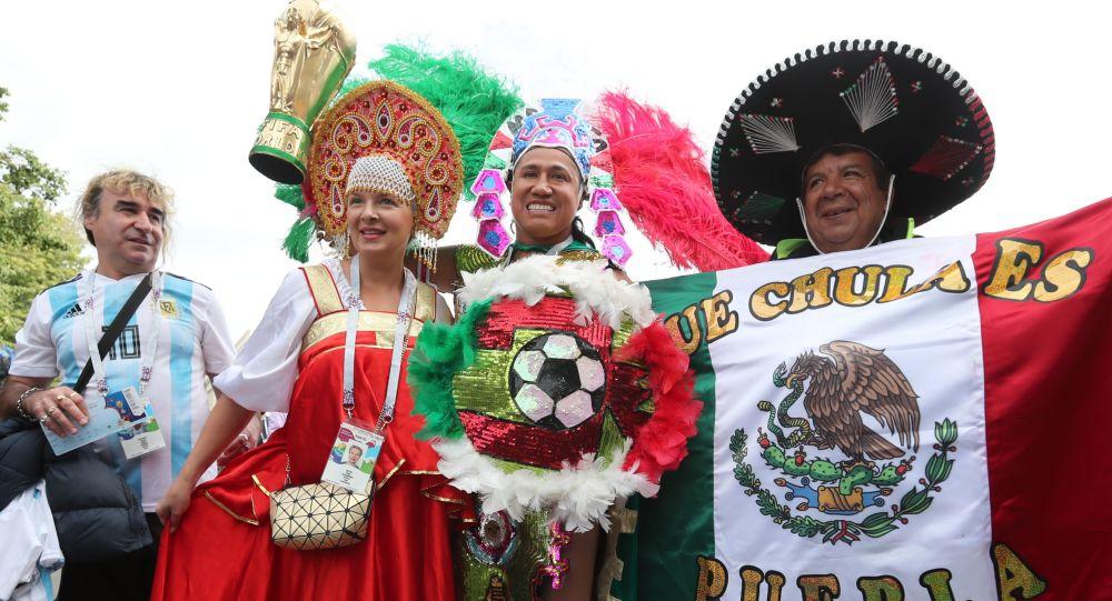 Kibice z Argentyny, Meksyku i Rosji przed meczem Rosja - Arabia Saudyjska