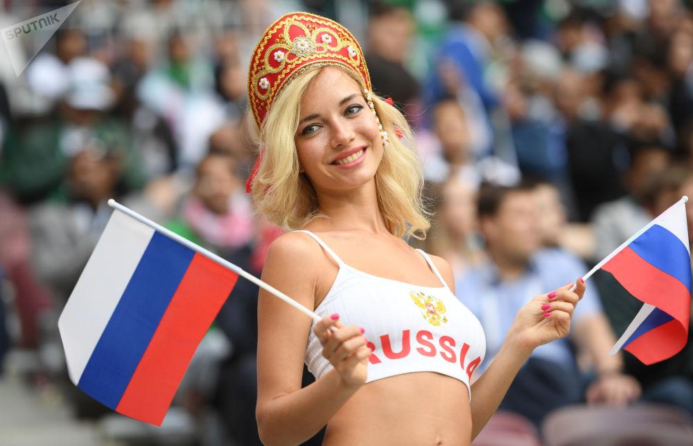 Kibicka reprezentacji Rosji na meczu Rosja - Arabia Saudyjska