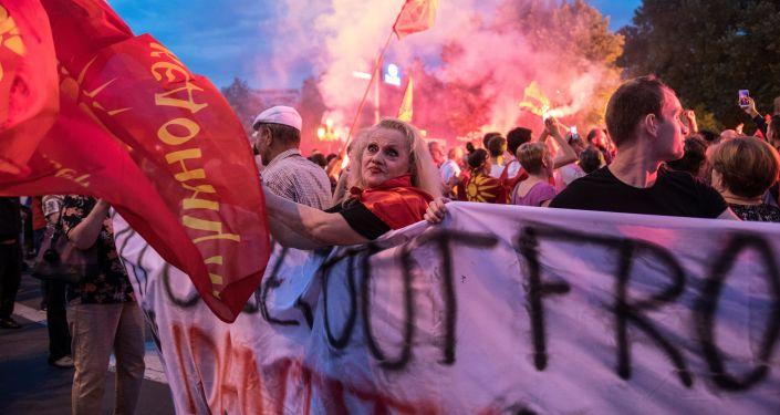 Masowe protesty przeciwko przemianowaniu Macedonii na Macedonię Północną w centrum Skopje