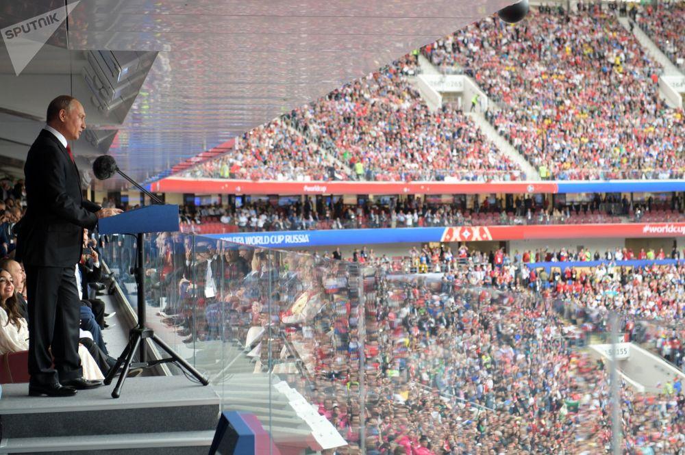 """Prezydent Rosji Władimir Putin przemawia podczas ceremonii otwarcia Mistrzostw Świata 2018 na stadionie """"Łużniki"""" przed rozpoczęciem meczu reprezentacji Rosji i Arabii Saudyjskiej"""