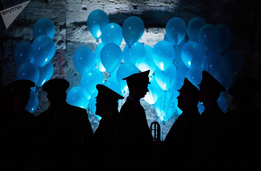 Uczestnicy V Wielkiego Dobroczynnego Balu Oficerów na Placu Michajłowskiej Baterii Brzegowej w Sewastopolu