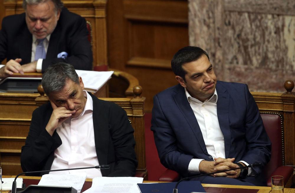 Grecki minister finansów Euklid Cakalotos i grecki premier Alexis Tsipras podczas przesłuchań parlamentarnych w Atenach