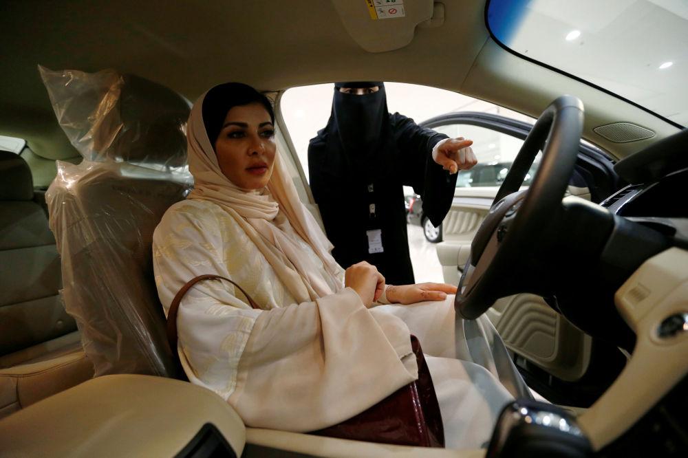 Kobieta chirurg Fatima al-Nasseralah wybiera swój przyszły samochód w jednym z salonów samochodowych w Rijadzie, Arabia Saudyjska