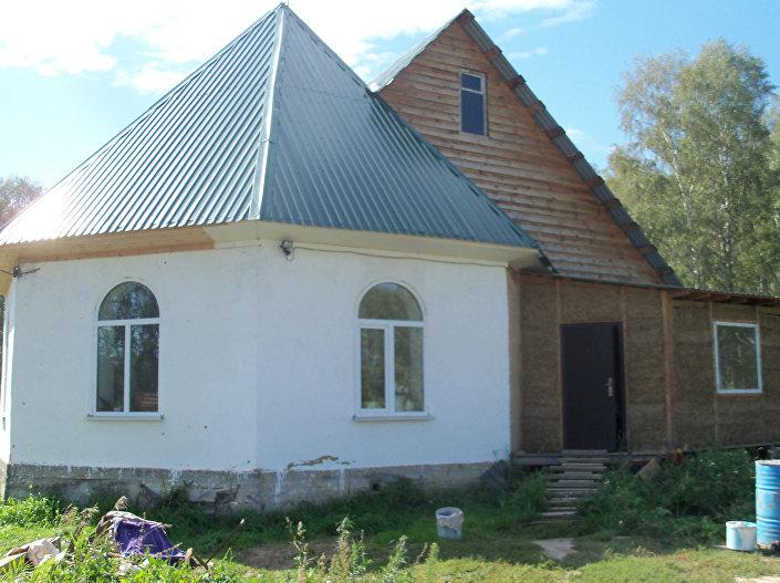 Larysa Tołstouchowa, dom ze słomy. Kraj Ałtajski